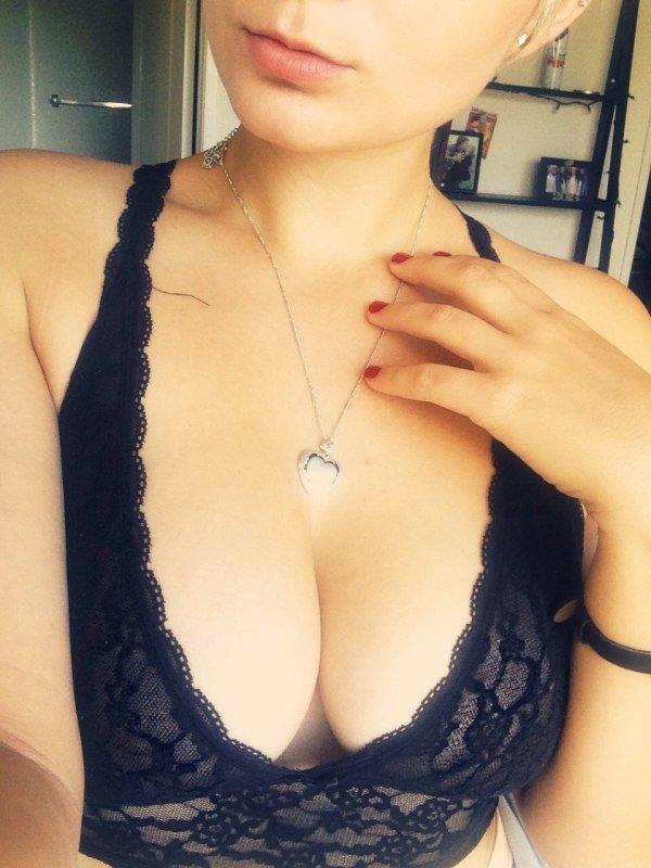 Une meuf aux gros seins devant sa webcam