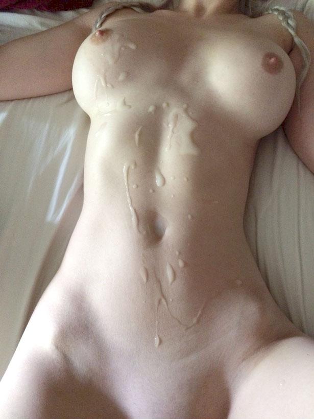 Douche de sperme sur une meuf
