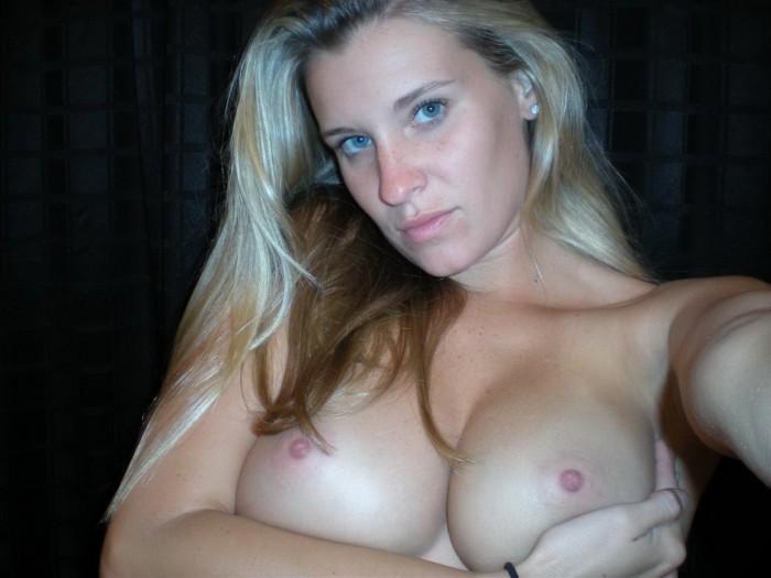 Une magnifique cougar en selfie seins nus