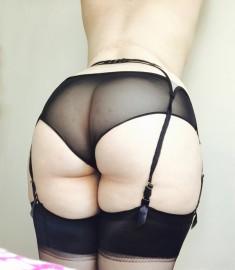 Un gros cul sexy en porte jarretelles et bas pour les fétichistes