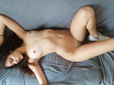 Une très jolie jeune fille nue sur son canapé