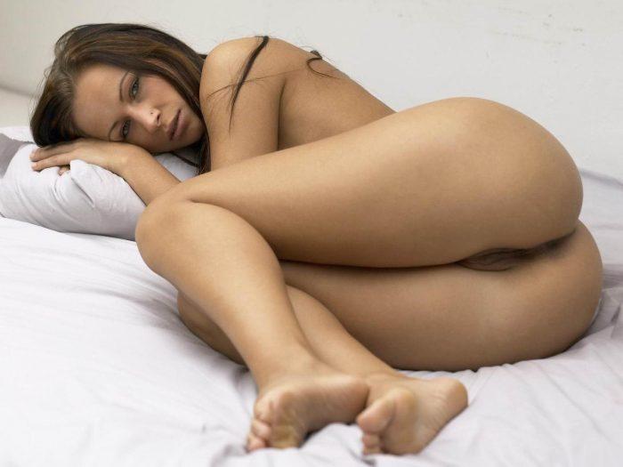 Magnifique meuf nue dans son lit nous montre son cul