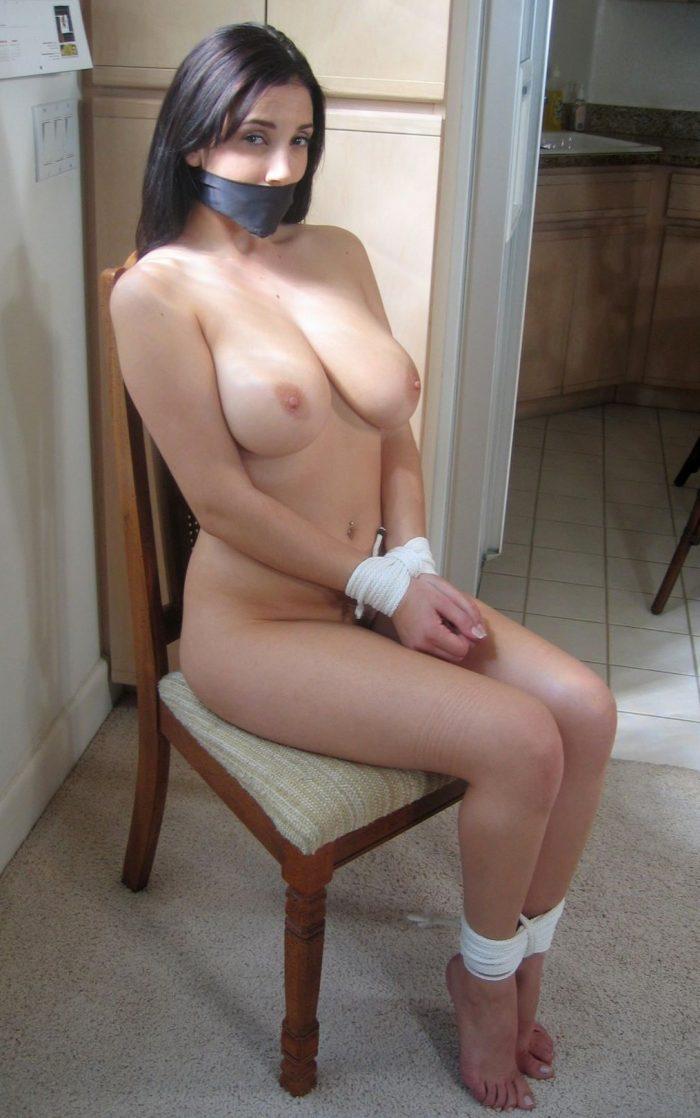 gros seins decollete femme soumise attachée