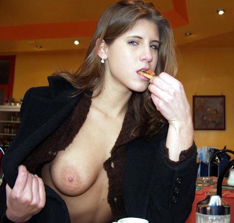 Une meuf exhibe ses seins au beau milieu d'un restaurant