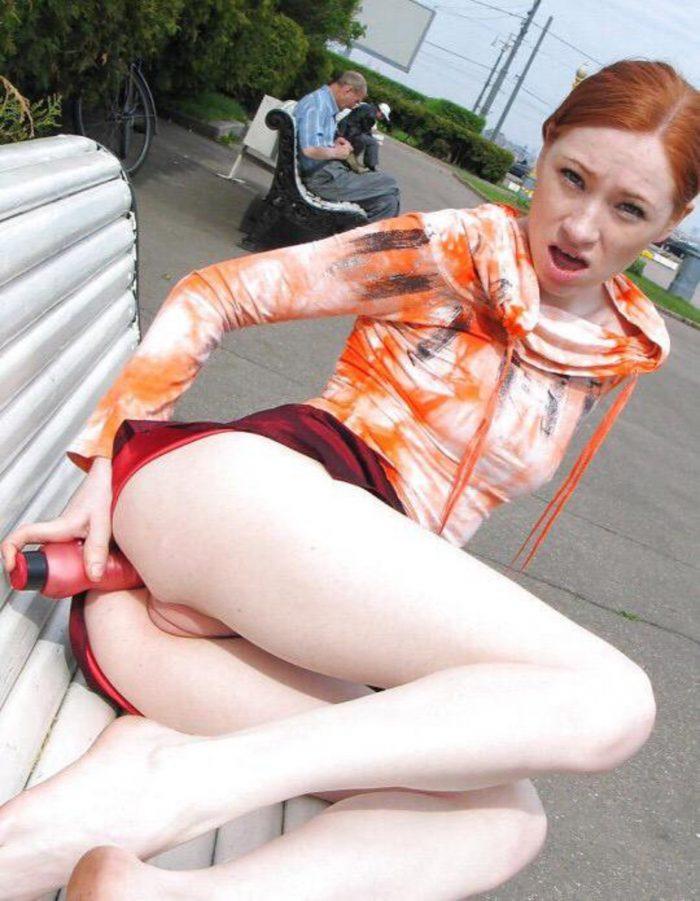 Jolie rousse cochonne se gode le cul sur un ban public