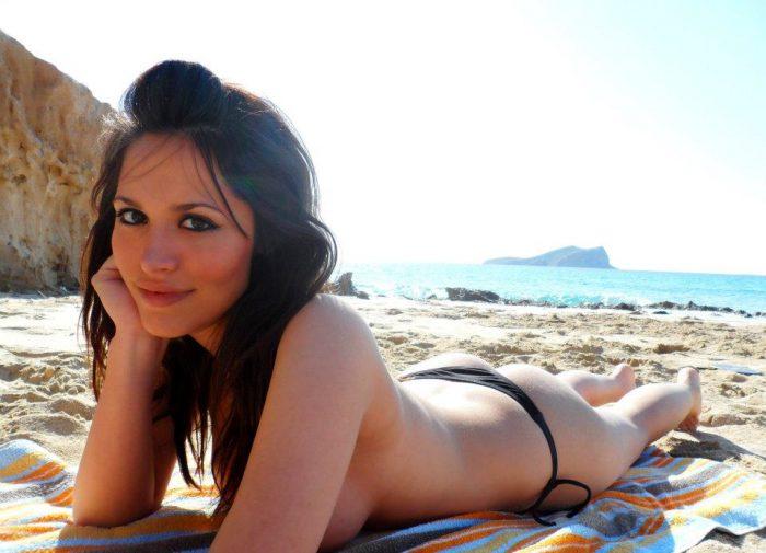 Une bonne meuf en vacances seins nus sur le sable