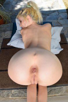 Salope blonde propose son gros cul pour une bonne sodomie