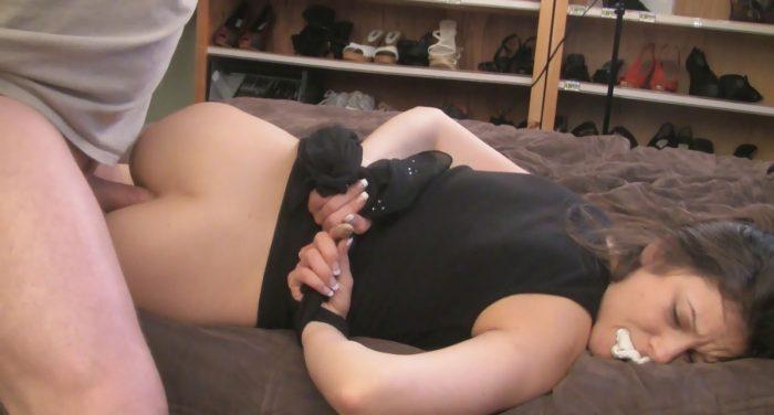 Une femme se fait enculer, les mains attachés, sa culotte dans la bouche