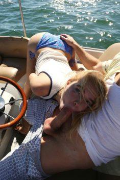 Se faire sucer sur le bateau en pleine mer pendant les vacances