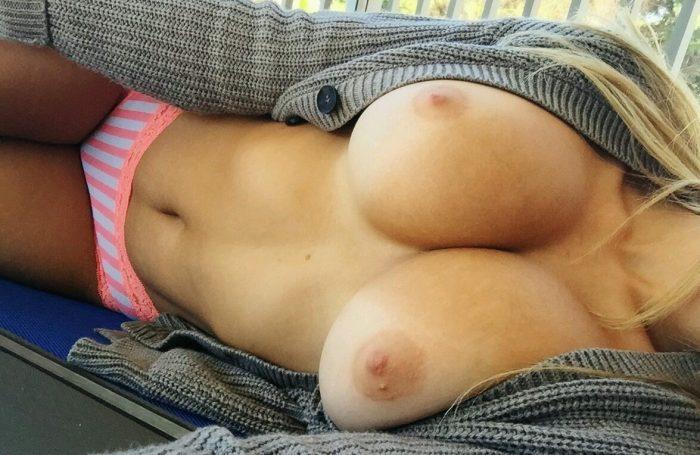Les seins parfaits d'une magnifique meuf blonde
