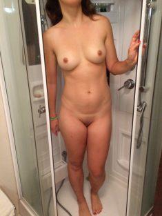 Meuf nue qui sort de sa douche toute sèche. Incroyable !