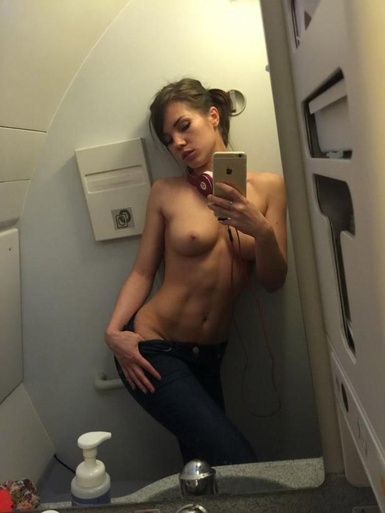 Meuf en selfie à moitié nue dans les toilettes d'un avion