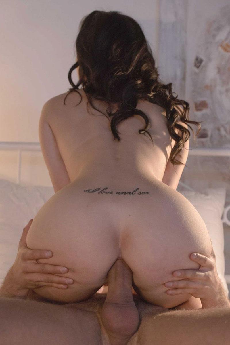 Une jeune nana tatouée se fait enculer et aime ça