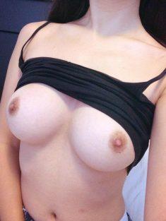 Les magnifiques seins nus d'une jeune meuf en selfie