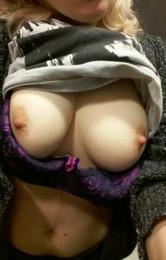 Les magnifiques gros seins d'une bonne milf en selfie