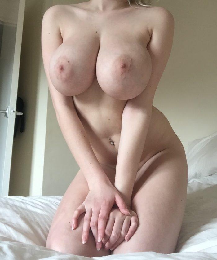 Mes gros seins de bonne meuf nue sur mon lit